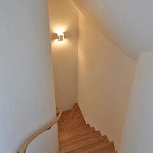 世帯を繋ぐ屋上のある上下分離型二世帯住宅